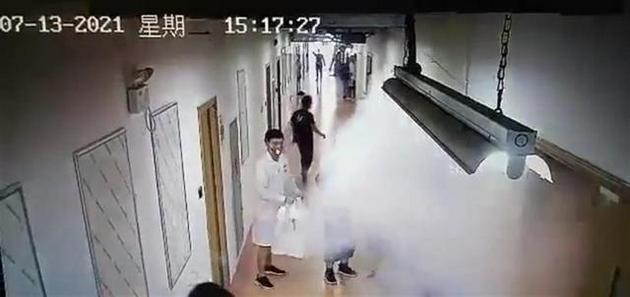 南方科技大学化学实验室起火实验人员头顶火苗跑出